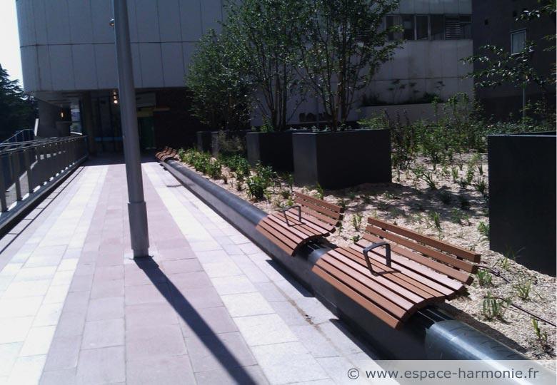 Mobilier urbain banc public potelet et jardini re for Mobilier urbain espace public
